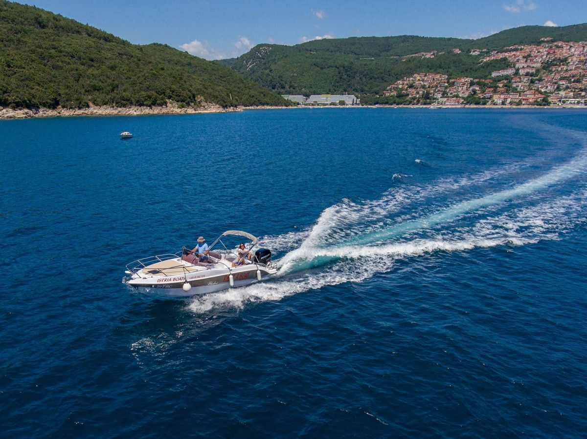 Motor boat for rent in Pula or Rabac, Istria - Bluline 23 Sundeck 8 pers 250HP