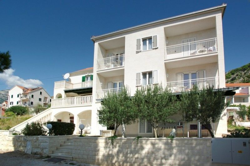 Vacation apartments in a peaceful part of the town Bol