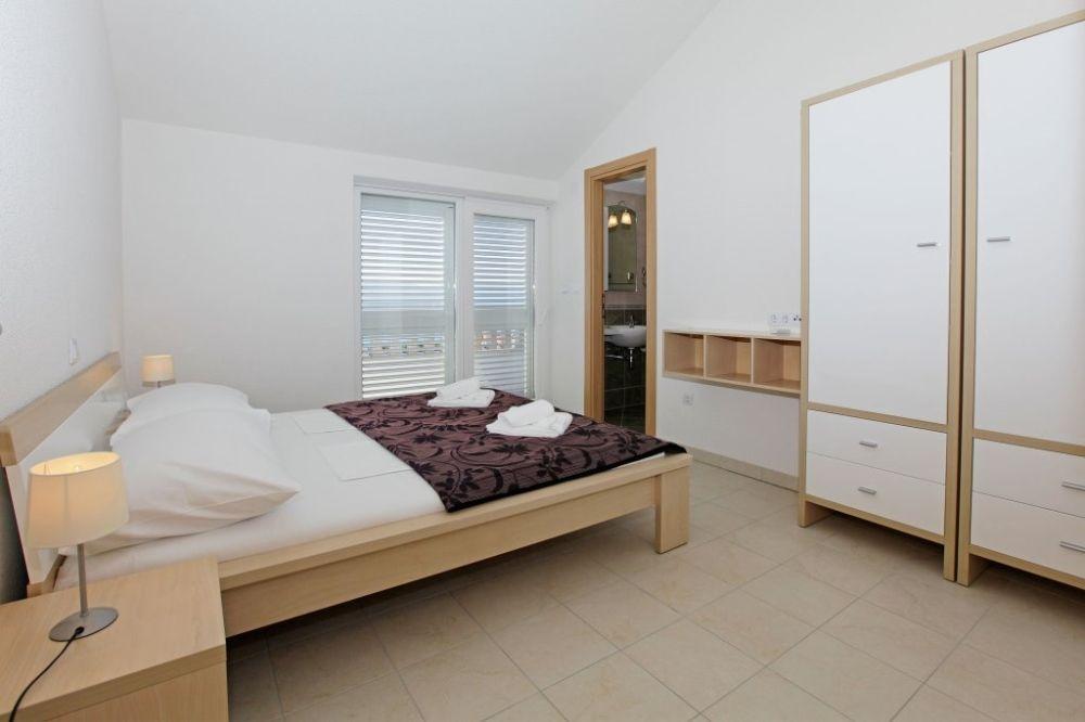 ferienwohnung id 2812 bol insel bra mitteldalmatien split kroatien. Black Bedroom Furniture Sets. Home Design Ideas