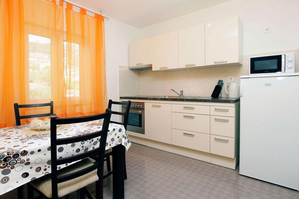 ferienwohnung id 2827 bol insel bra mitteldalmatien split kroatien. Black Bedroom Furniture Sets. Home Design Ideas