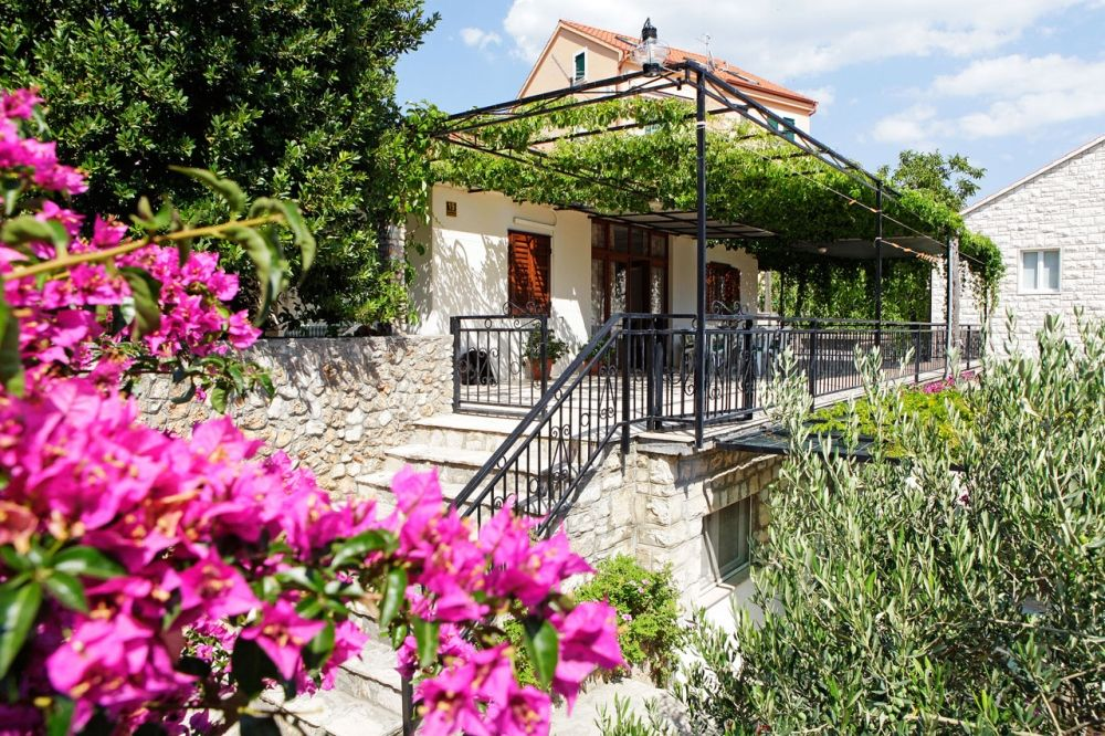 Apartments, Bol, Island of Brač - Apartment ID 2833
