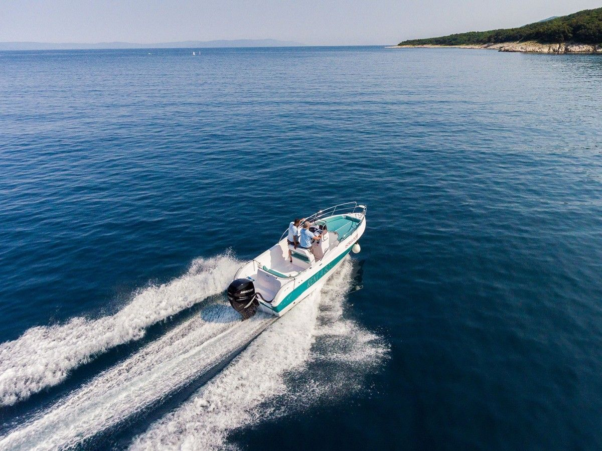 Apartments Pula & south Istria - Rent a boat in Marina Veruda Pula, Istria - Bluline 21 open 8 pers. 225HP