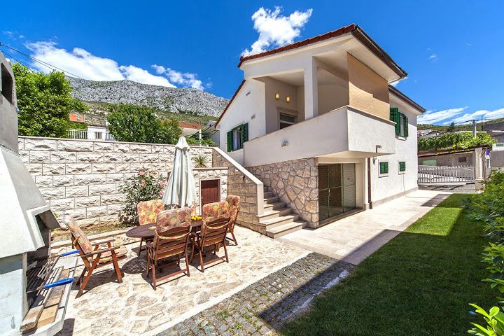 Holiday Homes, Dugi Rat, Riviera Omiš  - Renovated villa in the centre of Dugi Rat