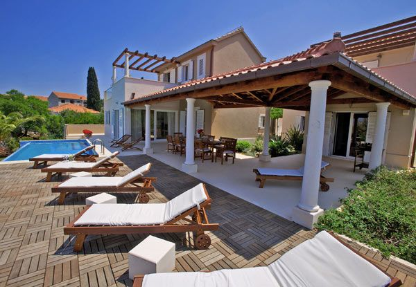 Exclusive villa with swimming pool near the sea