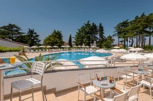 objects/2842/130294_cooee-pinia-hotel-by-valamar-pool-bar-seaview.jpg