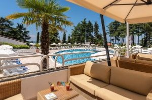 objects/2842/130295_cooee-pinia-hotel-by-valamar-pool-bar-view.jpg
